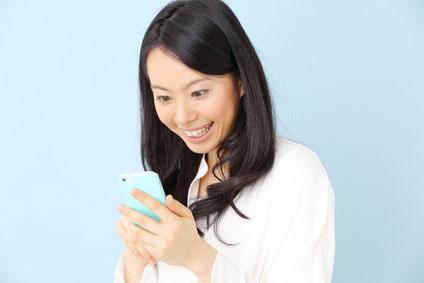 スマートフォンを使う女の子