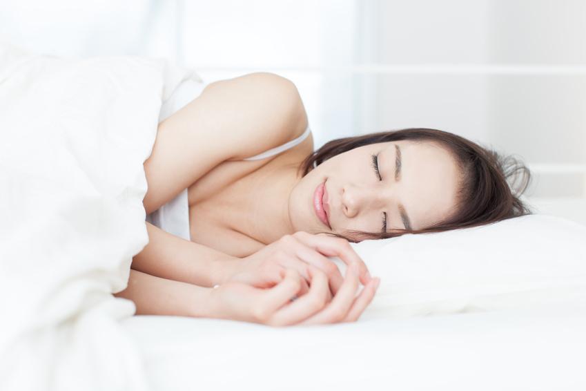 眠る女性 大
