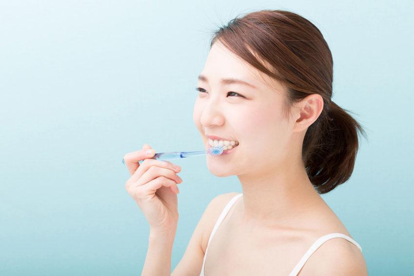 歯磨きする若い女性