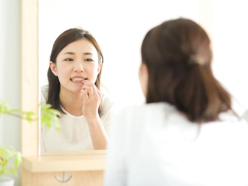 歯をチェックする若い女性 大