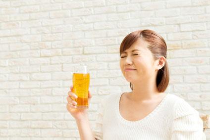 ビール飲む女性