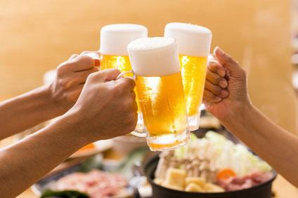 ビールで乾杯する