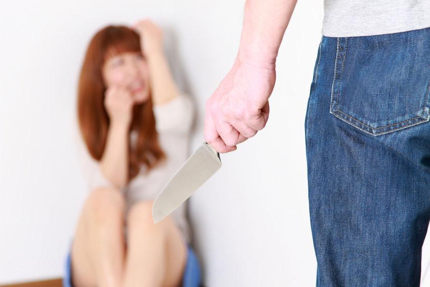 襲われる女性