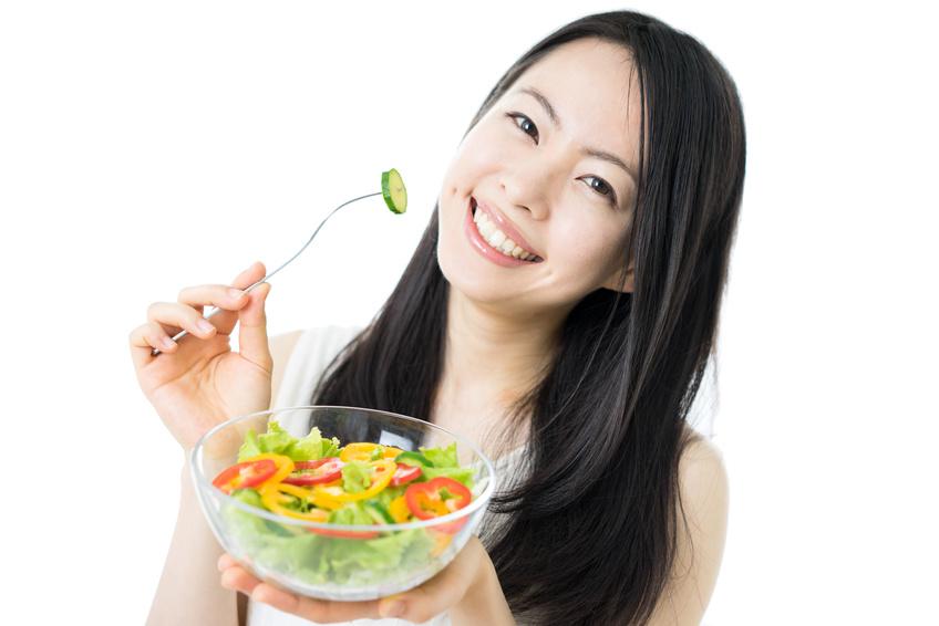 サラダを食べる女性 大