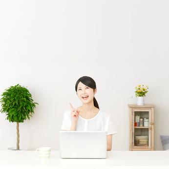 パソコンの前に座って想像する女