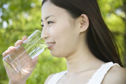 女性 水飲む