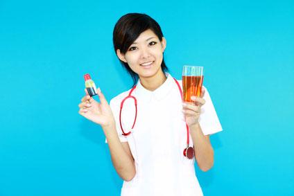 うがい薬を持つ看護師の女性