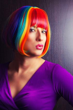 カラフルな髪の女性