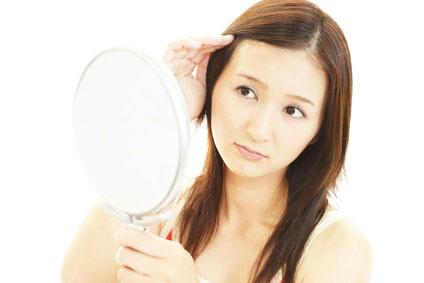 鏡見る女性
