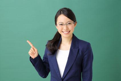 女性指差す教師
